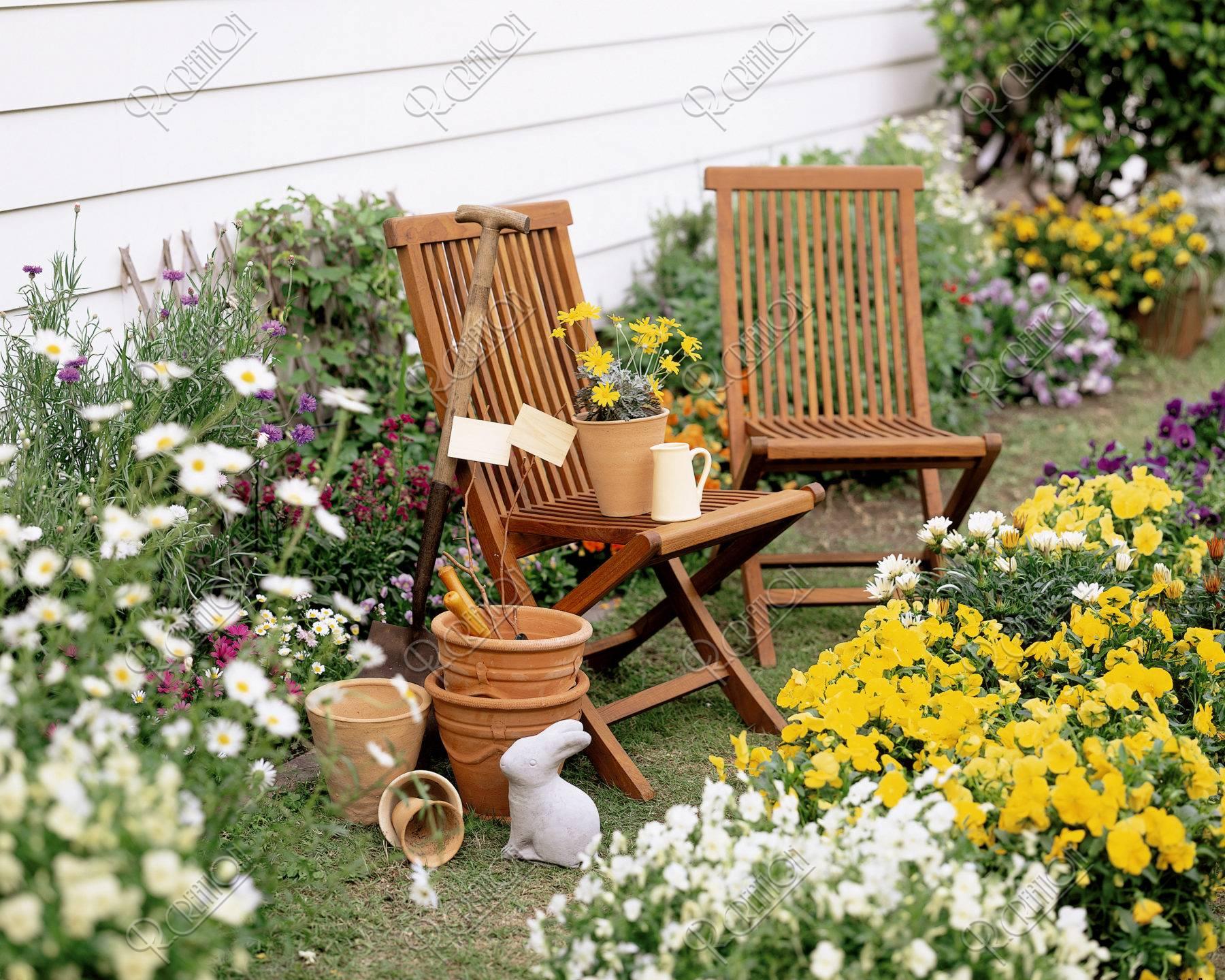 花壇と椅子