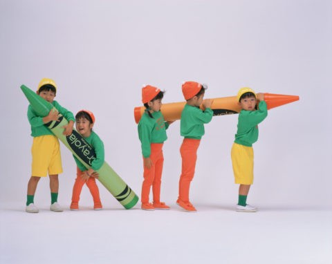 クレヨンを持つ子供たち(5人)