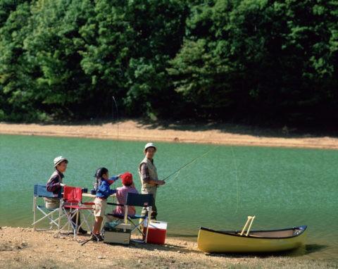 アウトドア 釣りをする親子