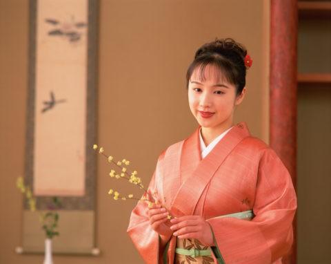 花を持つ和服の女性