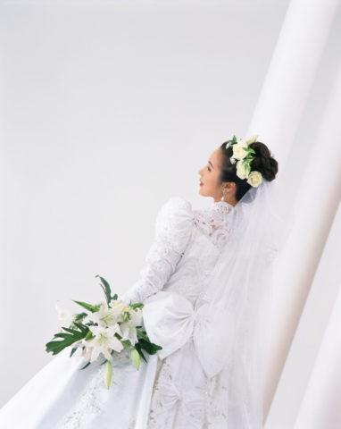 生花で飾った後ろ姿のウェディングの女性