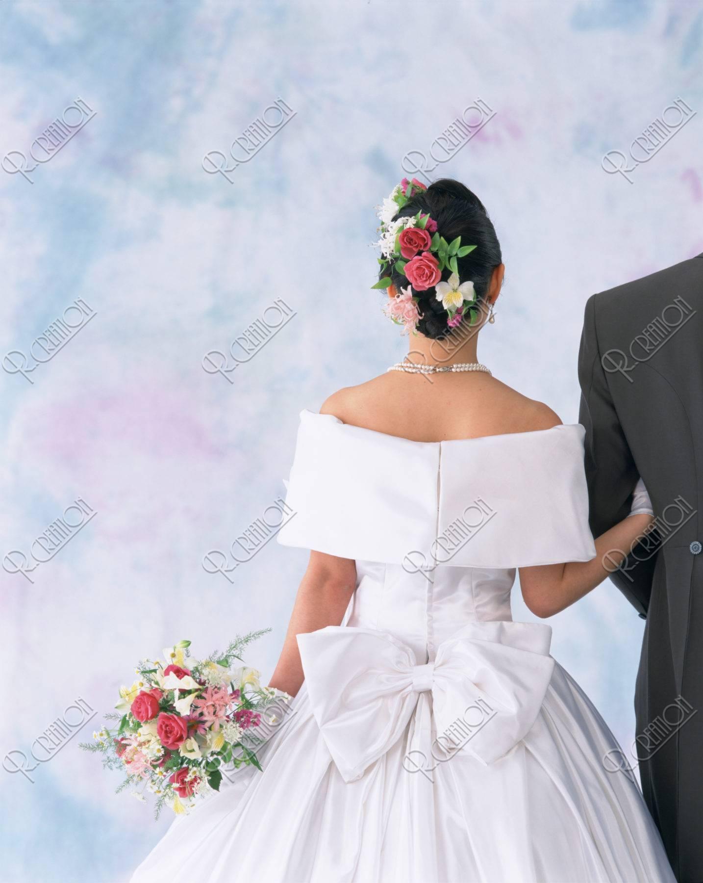 後ろ姿のウェディングのカップル | ストックフォト | アールクリエーション