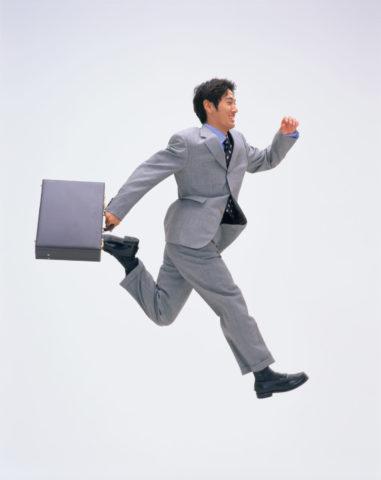 跳んでいるビジネスマン(横)