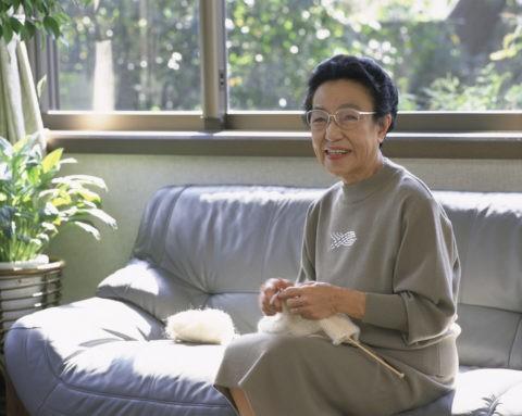 編み物をする60才代の女性