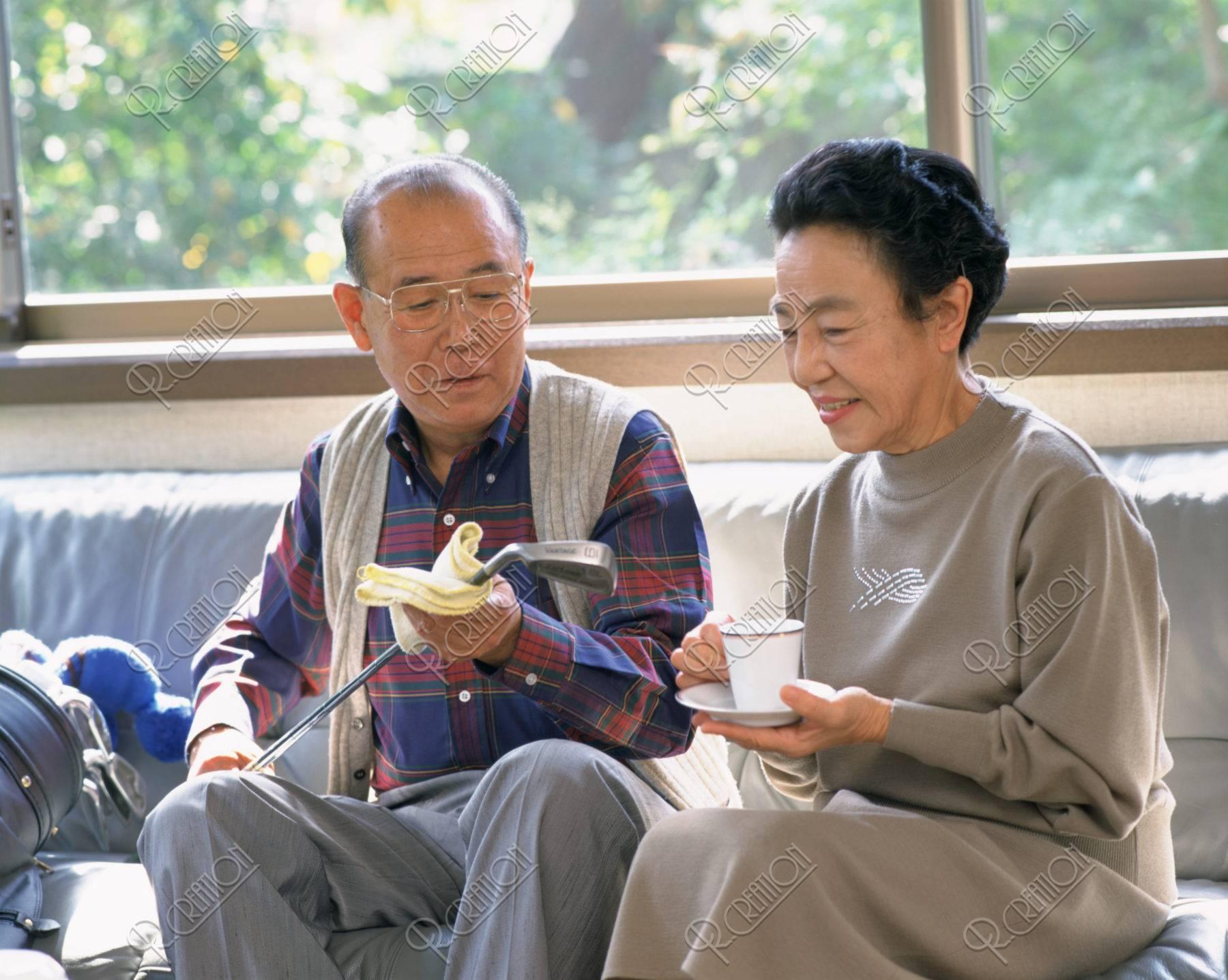 リビングの60才代の夫婦