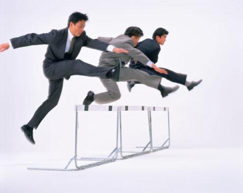 ハードルを跳ぶビジネスマン達