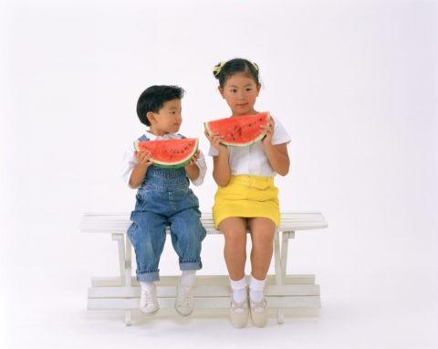 スイカを食べる子供