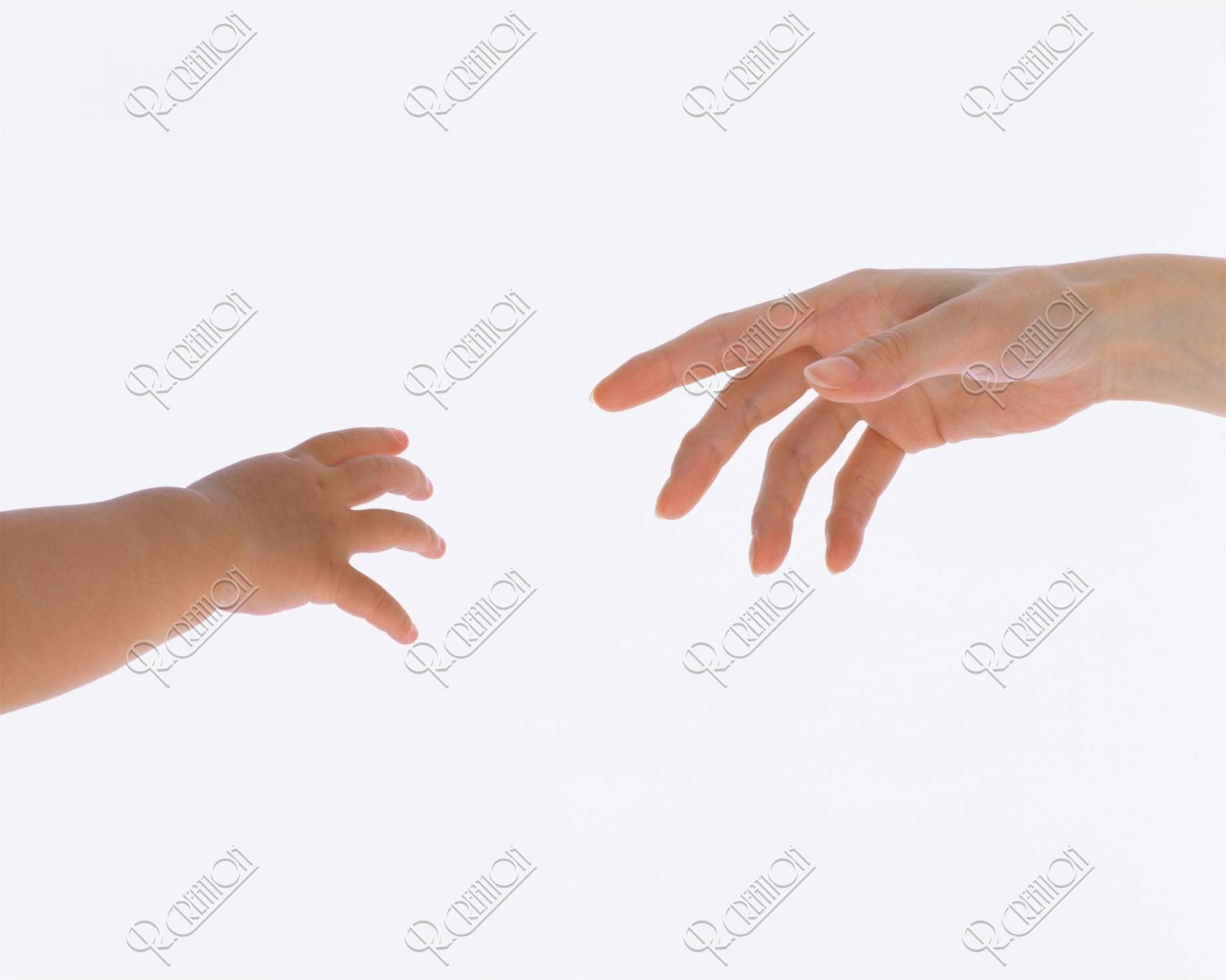 母の手と子供の手