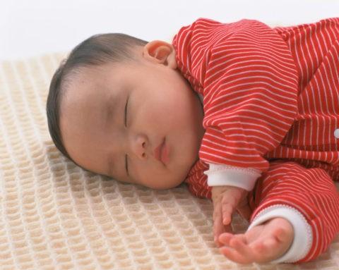 ラグの上で眠る赤ちゃん