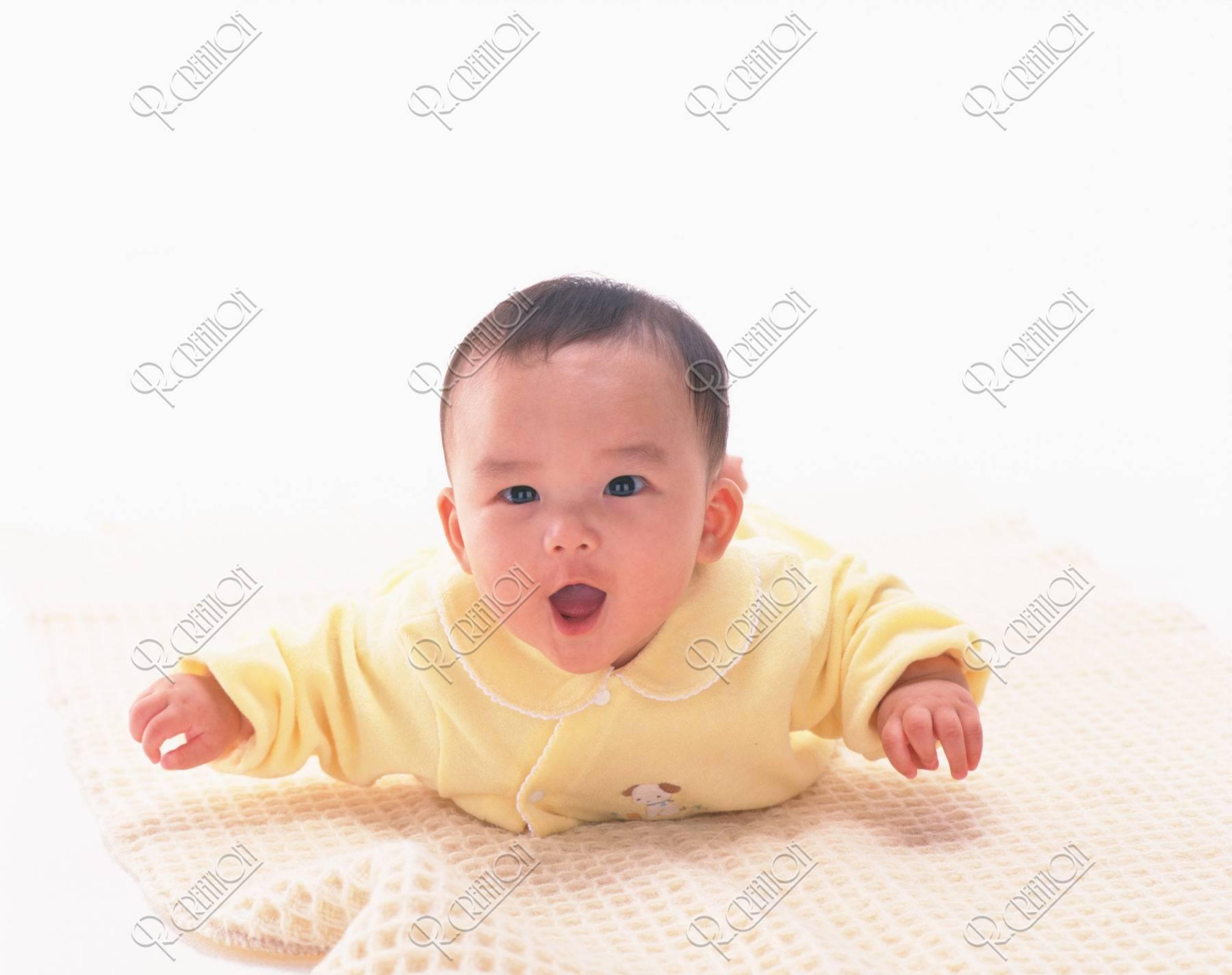 黄色い服の赤ちゃん