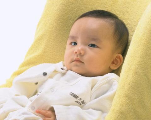 イスに座る赤ちゃん