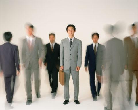 ビジネスマンと歩く人々