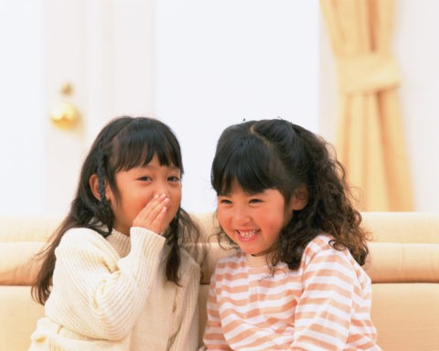 内緒話をしている2人の女の子
