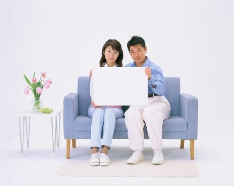 白いボードを持つカップル