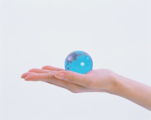 ガラスの地球を持つ手