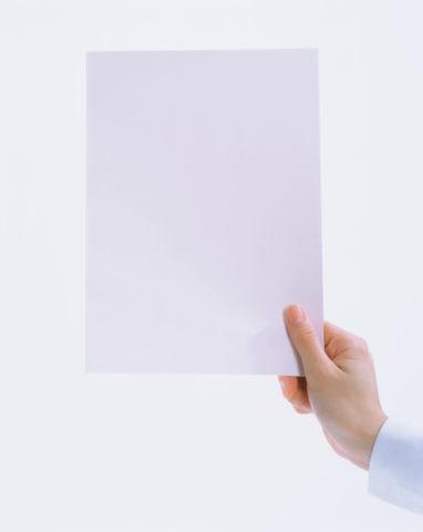 白い紙を持つ手