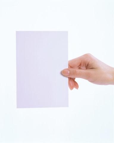 白いカードを持つ手