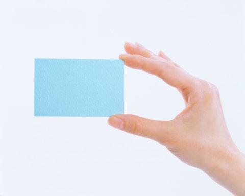 水色のカードを持つ手
