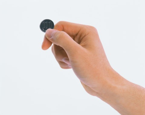 百円玉を持つ手