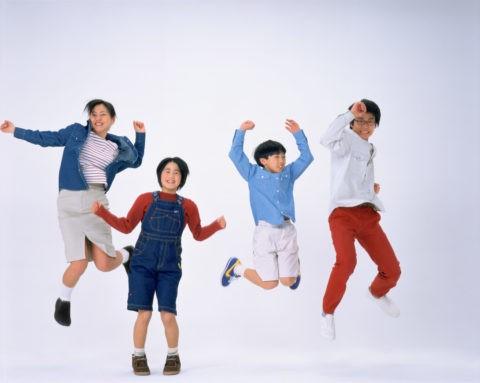 ジャンプする4人の子供