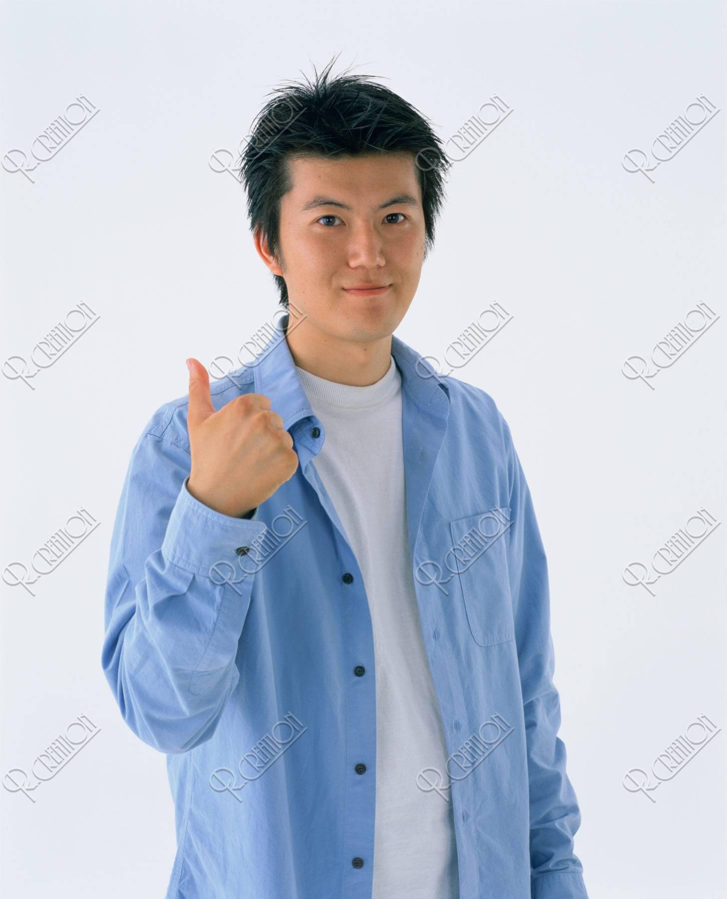 親指を立てる若者