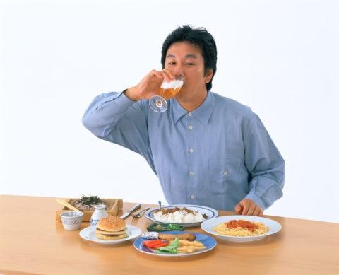 ビールを飲む40才代男性