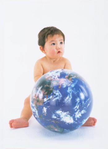 地球儀とはだかの赤ちゃん