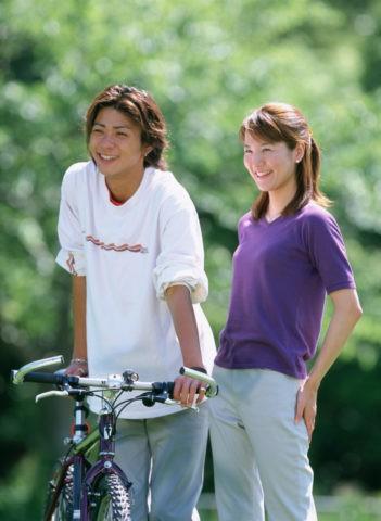 自転車のカップル