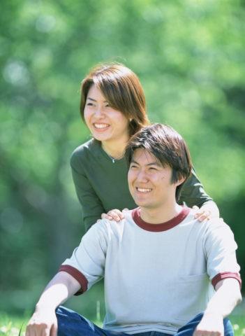 野外のカップル
