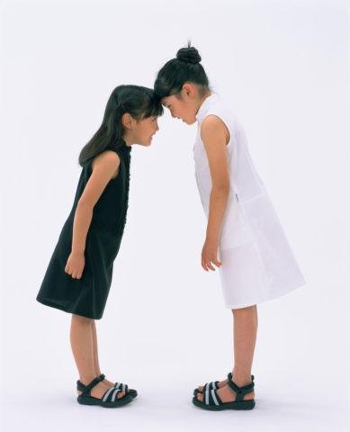 おでこを合わす2人の少女