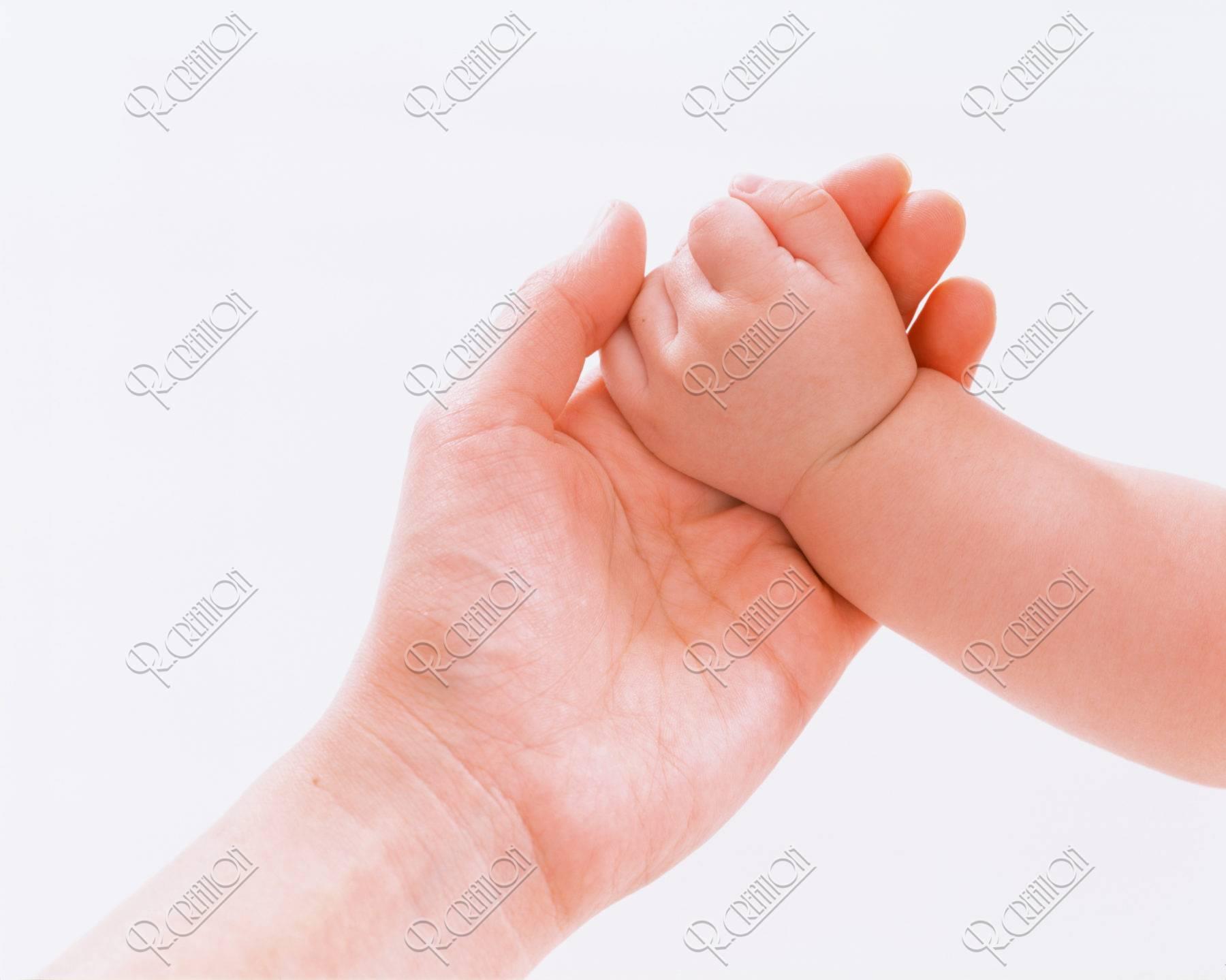 子供の手を握る母の手