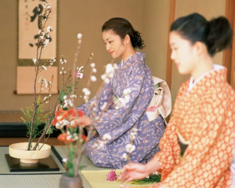 花を生ける女性2人