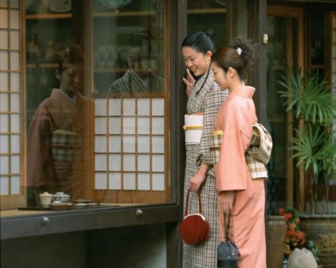和服で買物の女性