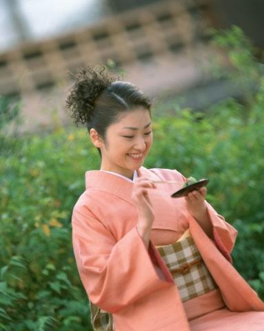 和菓子を食べる女性