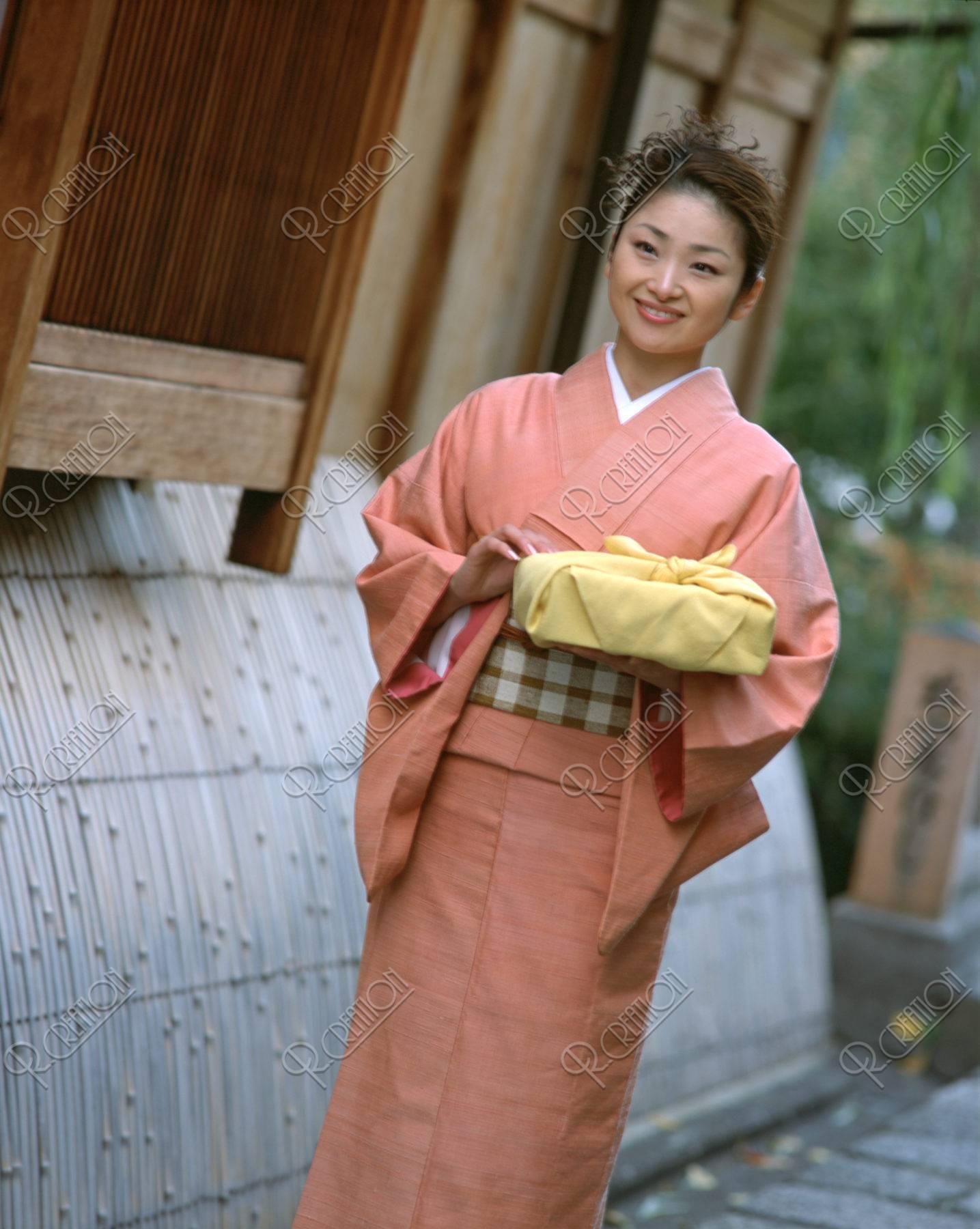 風呂敷包みを持つ女性