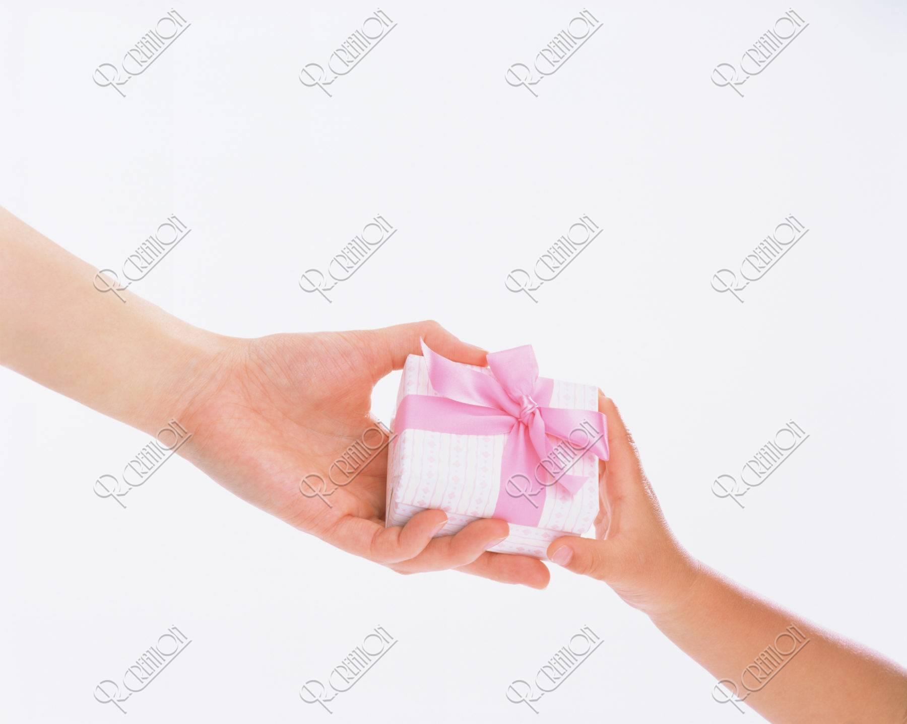 プレゼントを渡す母と子の手