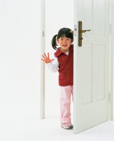 ドアから顔をだす少女