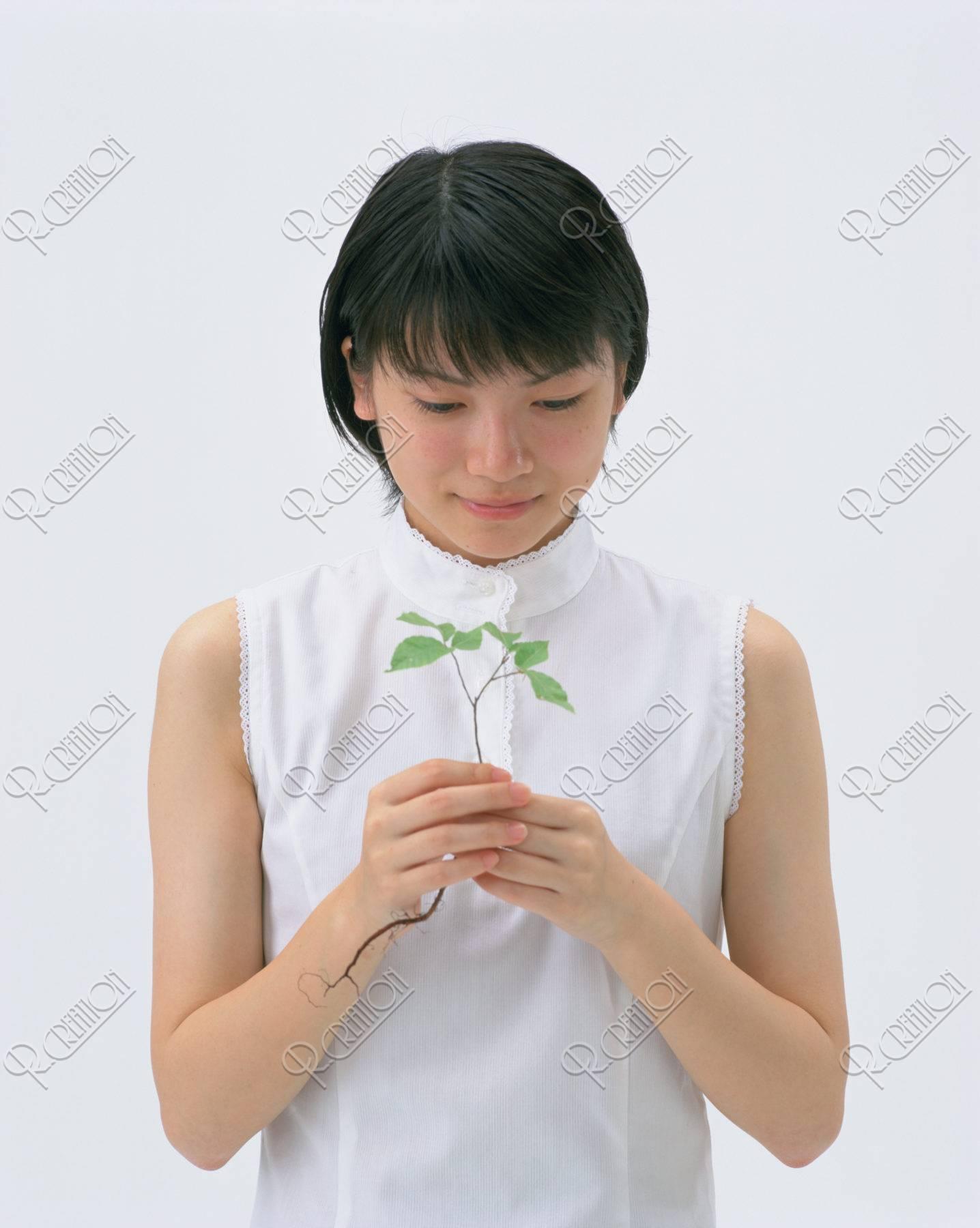 ブナの新芽を持つ少女