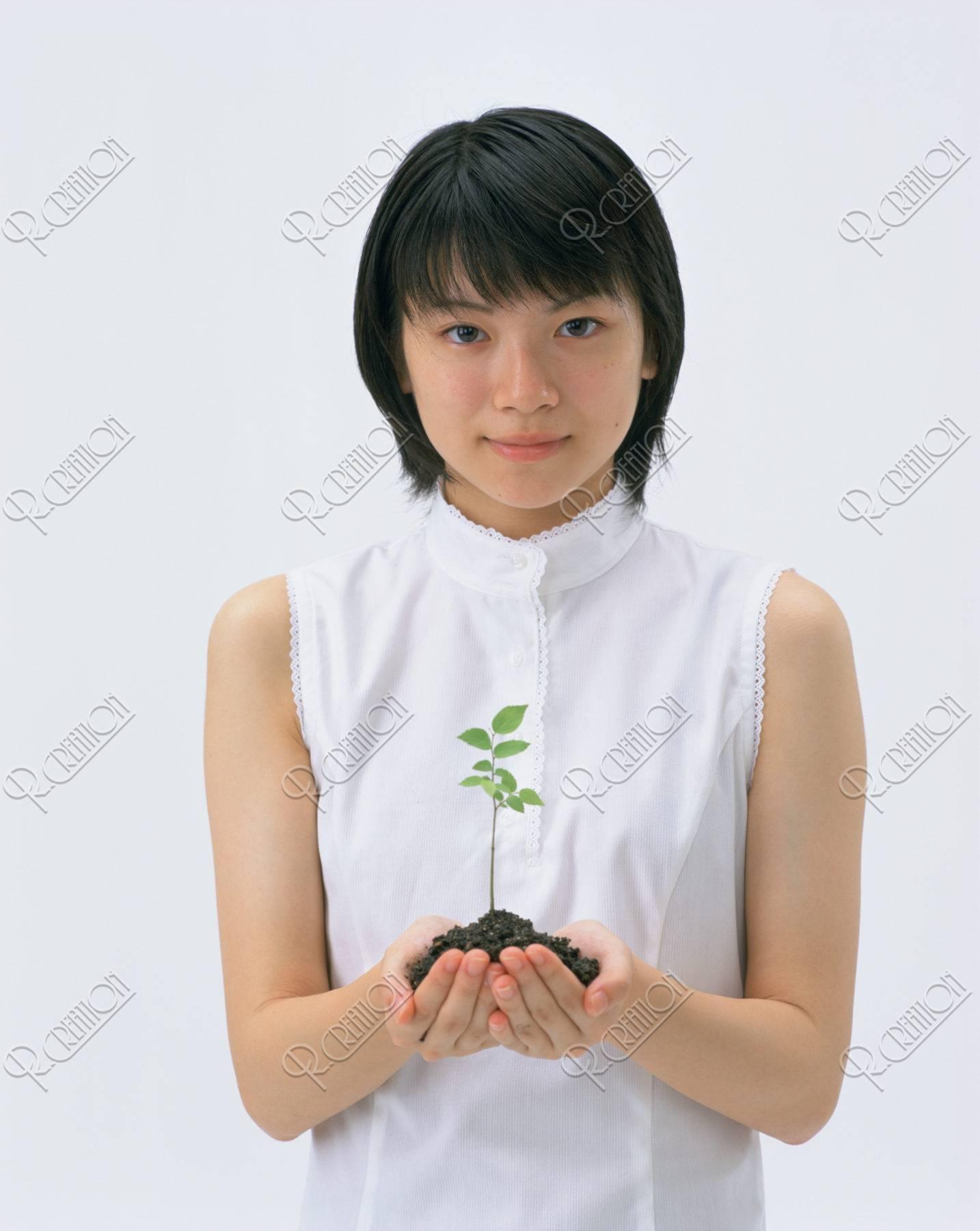 新芽を持つ少女