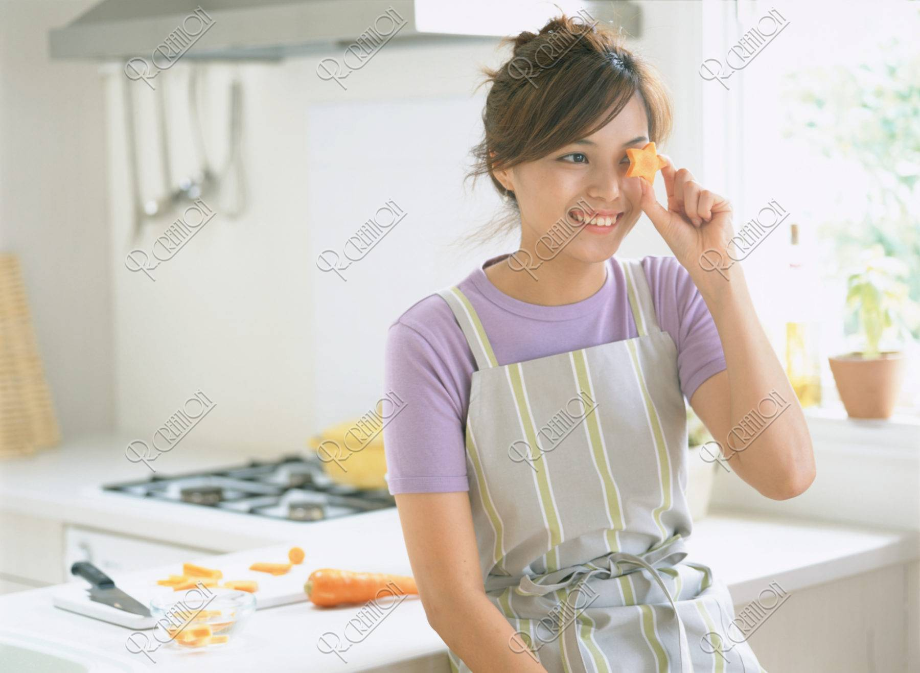 キッチンの前の女性
