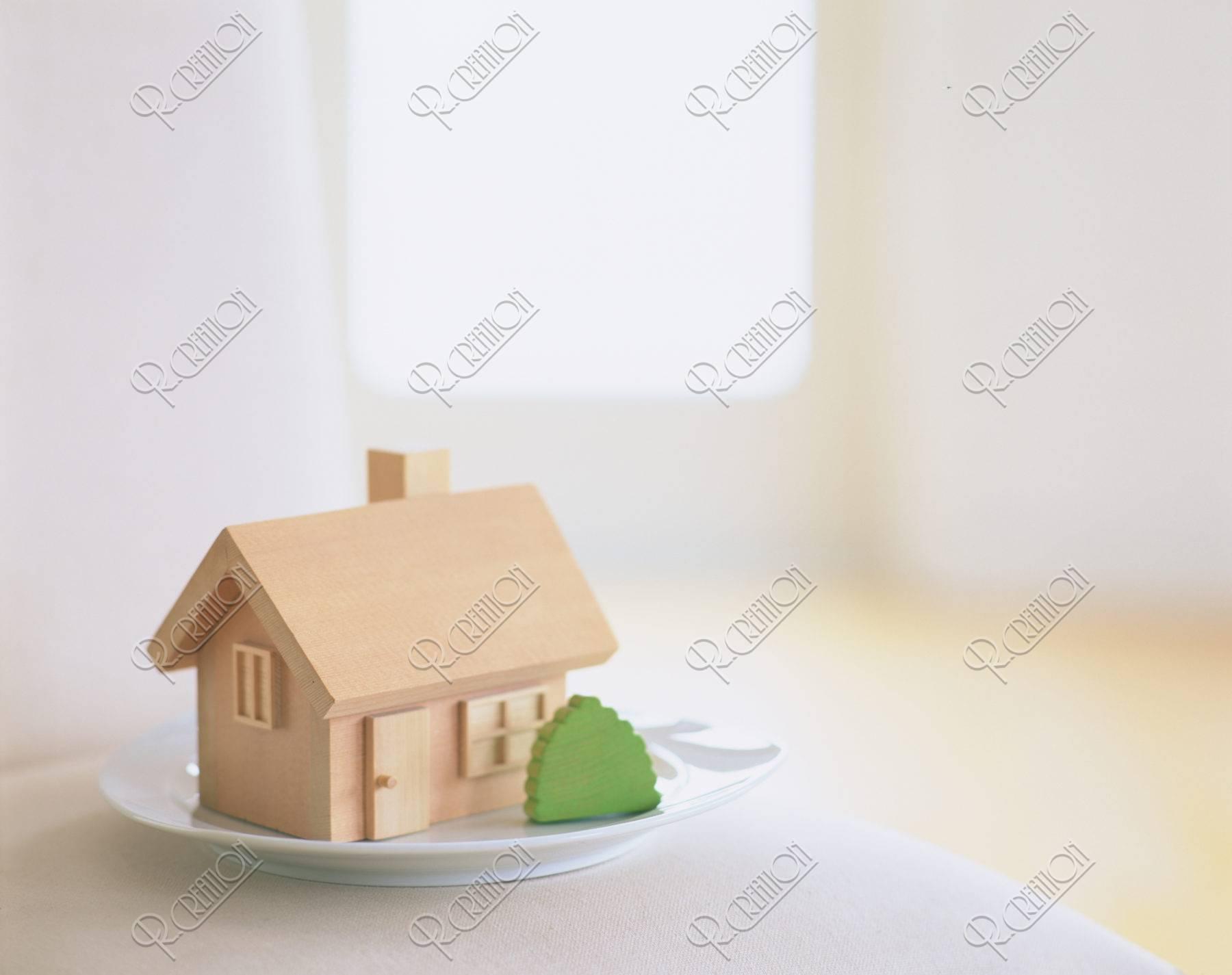 テーブルの上の木の家