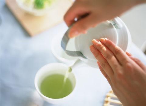 日本茶をいれる手