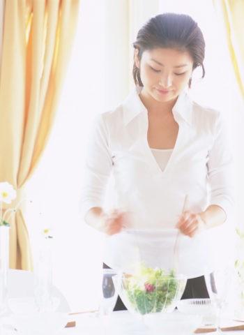 サラダをまぜる女性