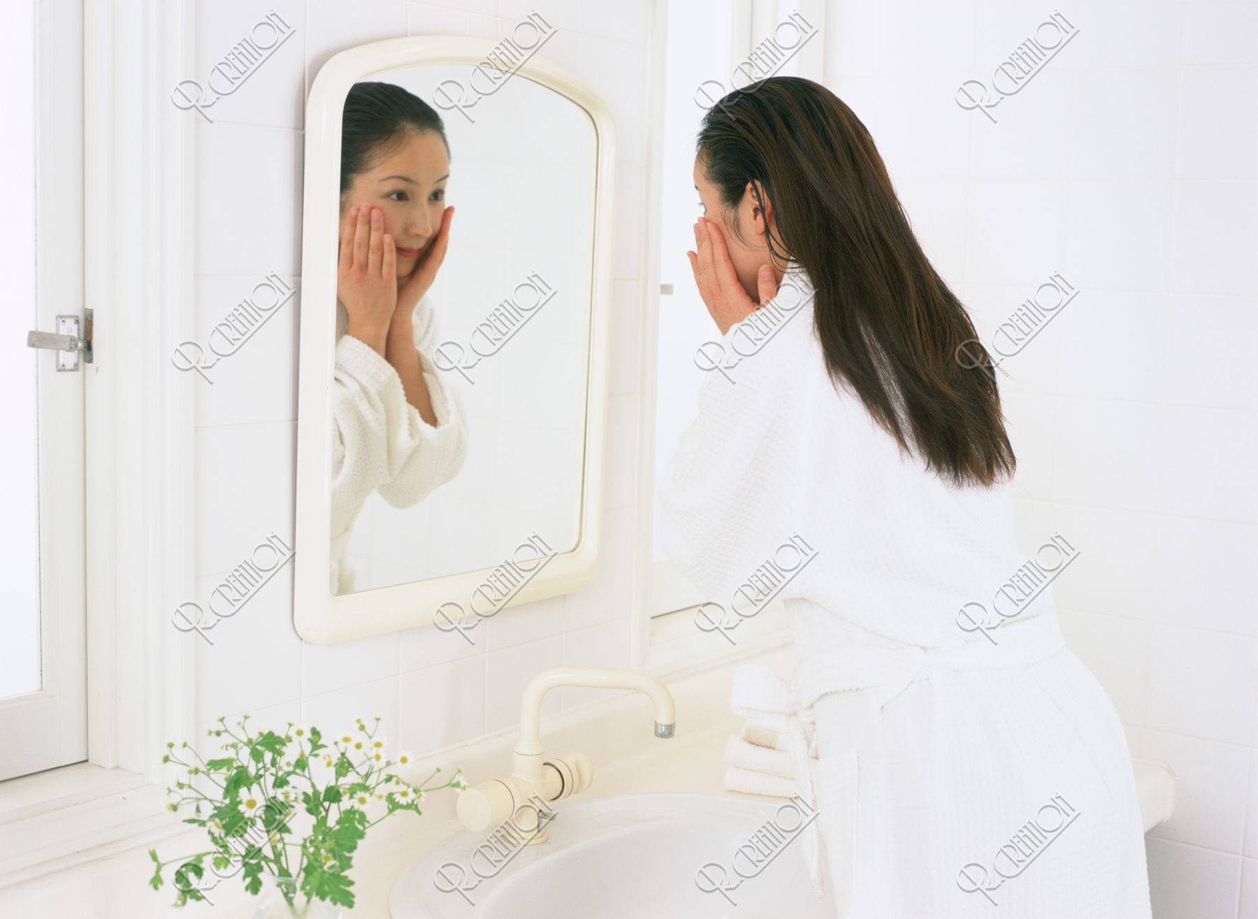 鏡をのぞく女性