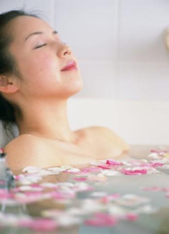 バラ風呂の女性