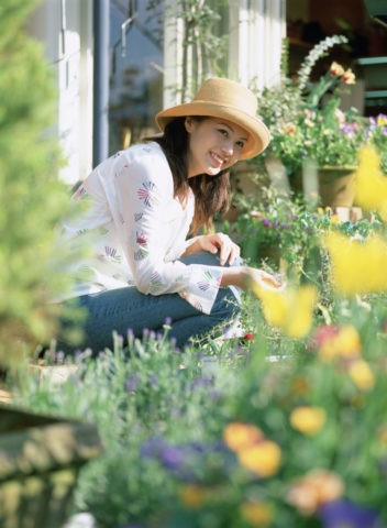 花屋で買い物をする女性