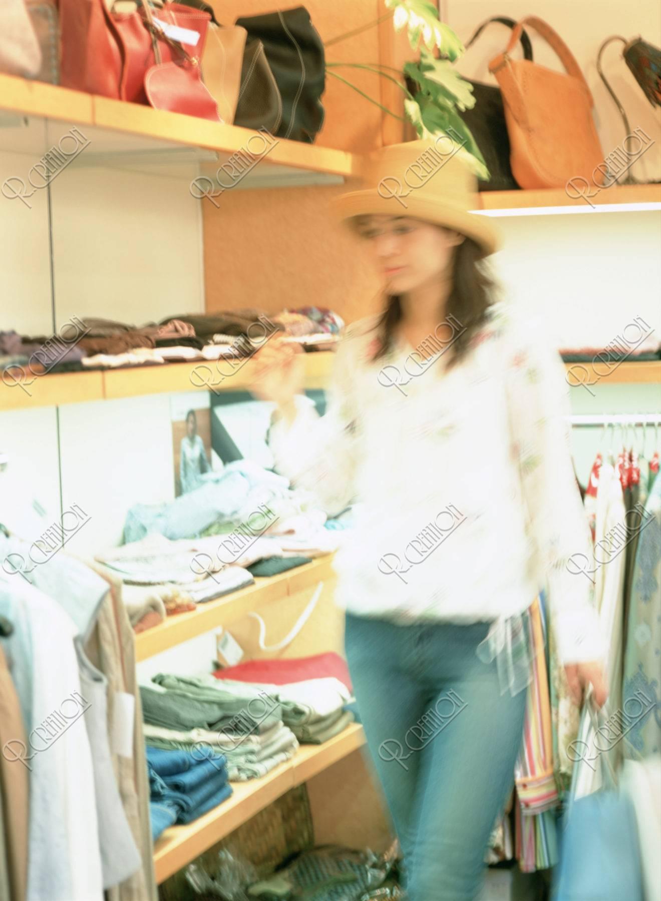 買い物をする女性