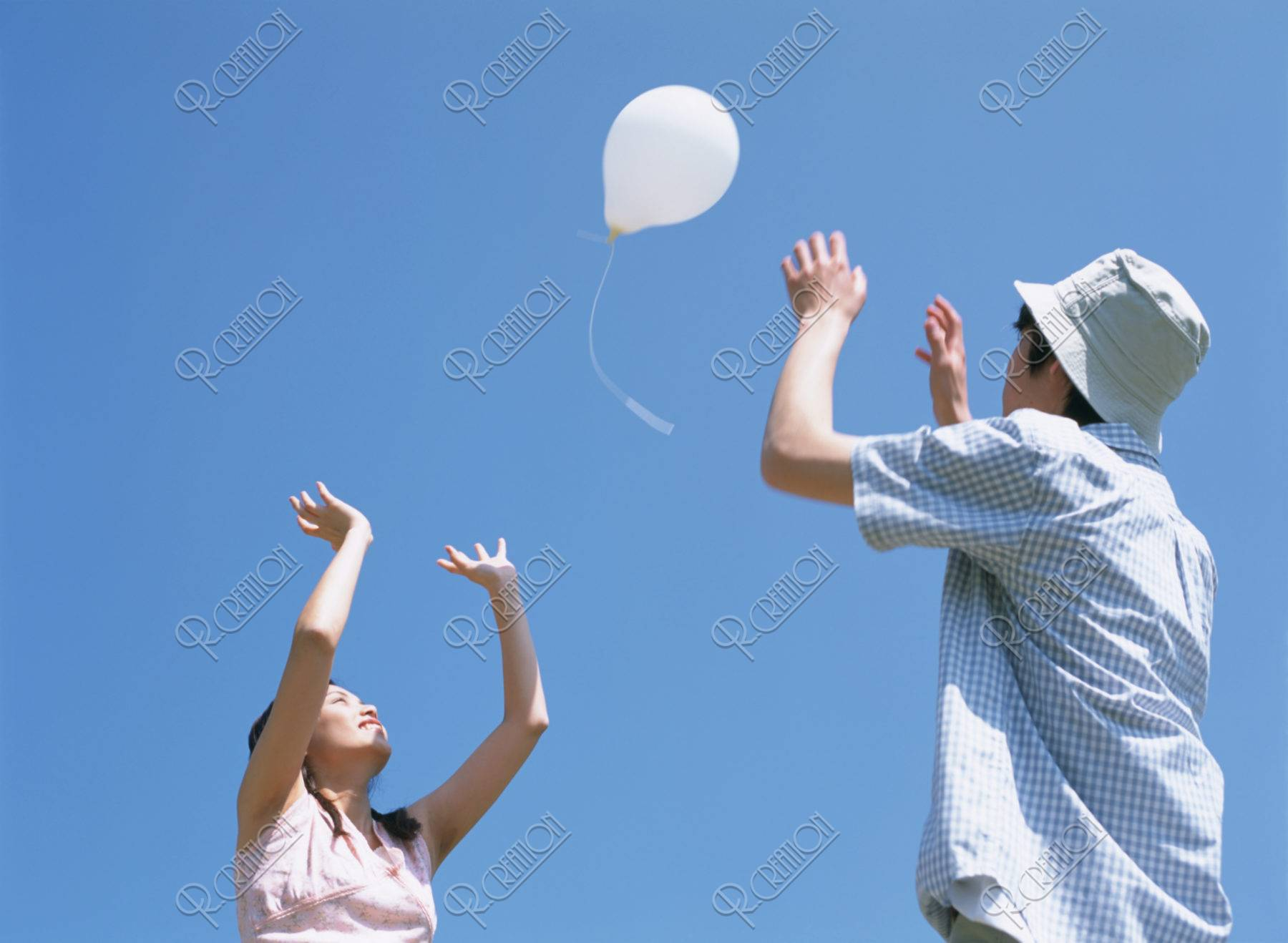 風船とカップル