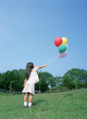 風船を持つ子供達