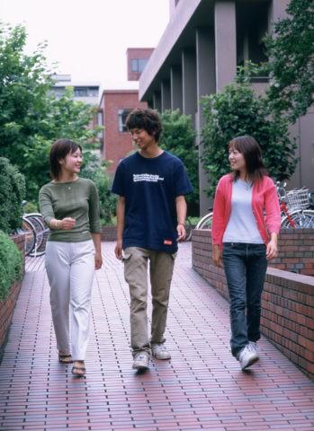 キャンパスの若者達